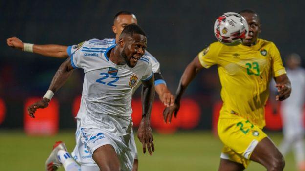 Mbemba de retour en défense… pour de bon ?